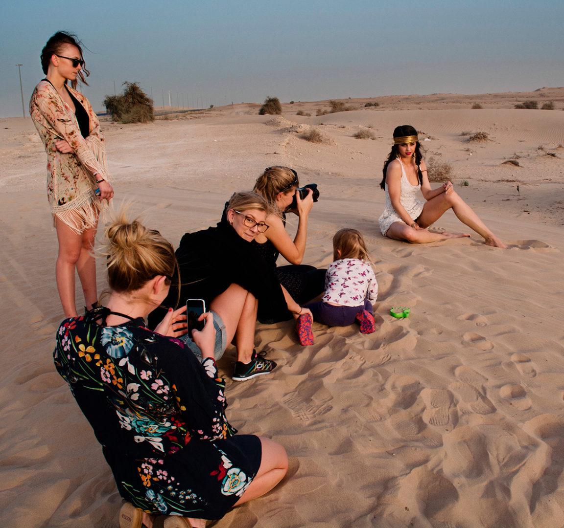 Objektiv fotograferar Mode plåtning av kvinna i öknen i Dubai