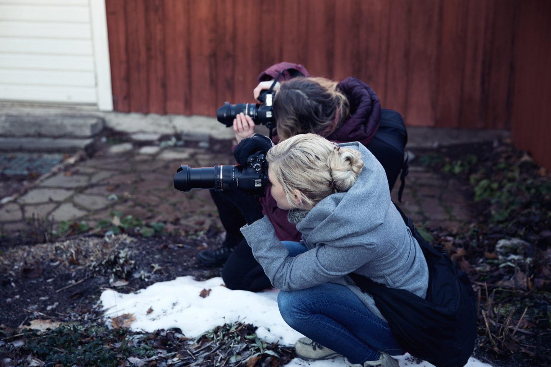 Fotoglädje två tjejer som fotograferar med Canon digital kameror i Örebro under ledning av fotograf Helen Shippey