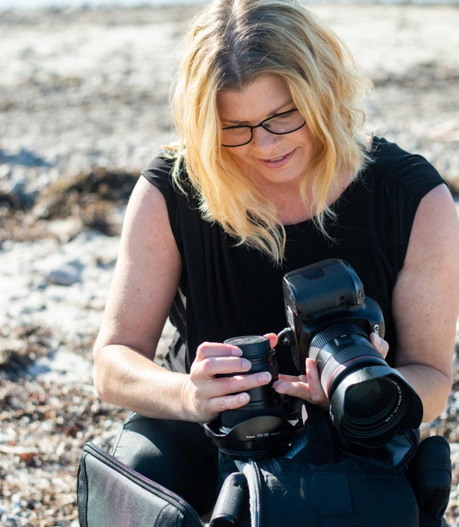 Fotoglädje Företagsfotograf Helen Shippey i Västeråa håller i kamera och objektiv