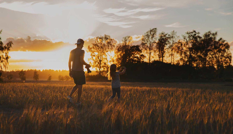Fotograf bilder Pappa och dotter fotograferar solnedgången i Västerås