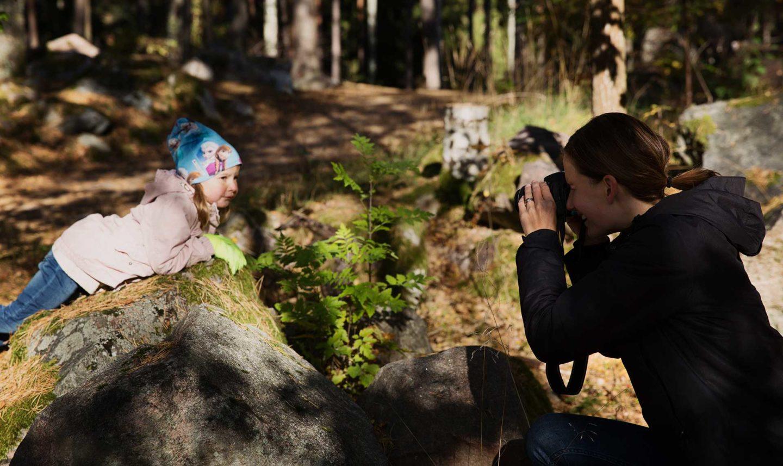 Fotografering bilder Mamma fotograferar sitt barn