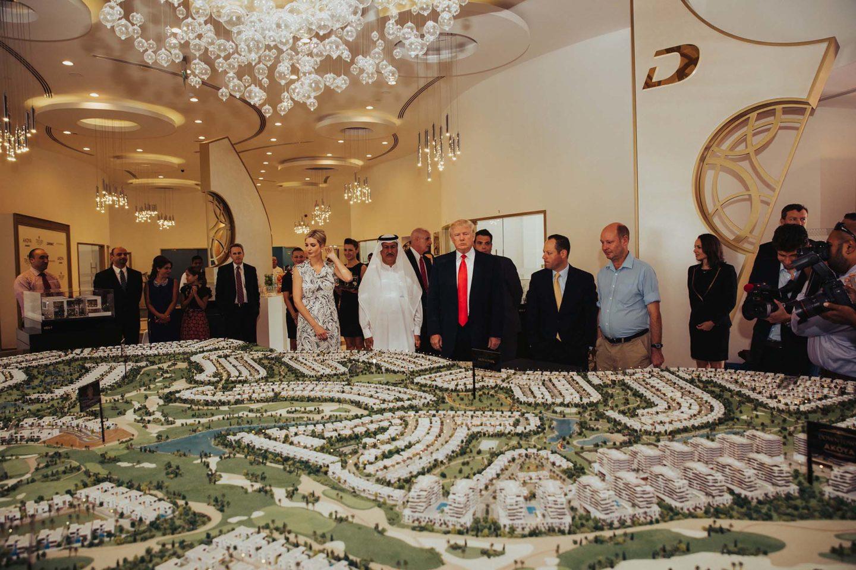 Donald Trump  Fotograf President Donald Trump m.fl inspekterar byggprojekt