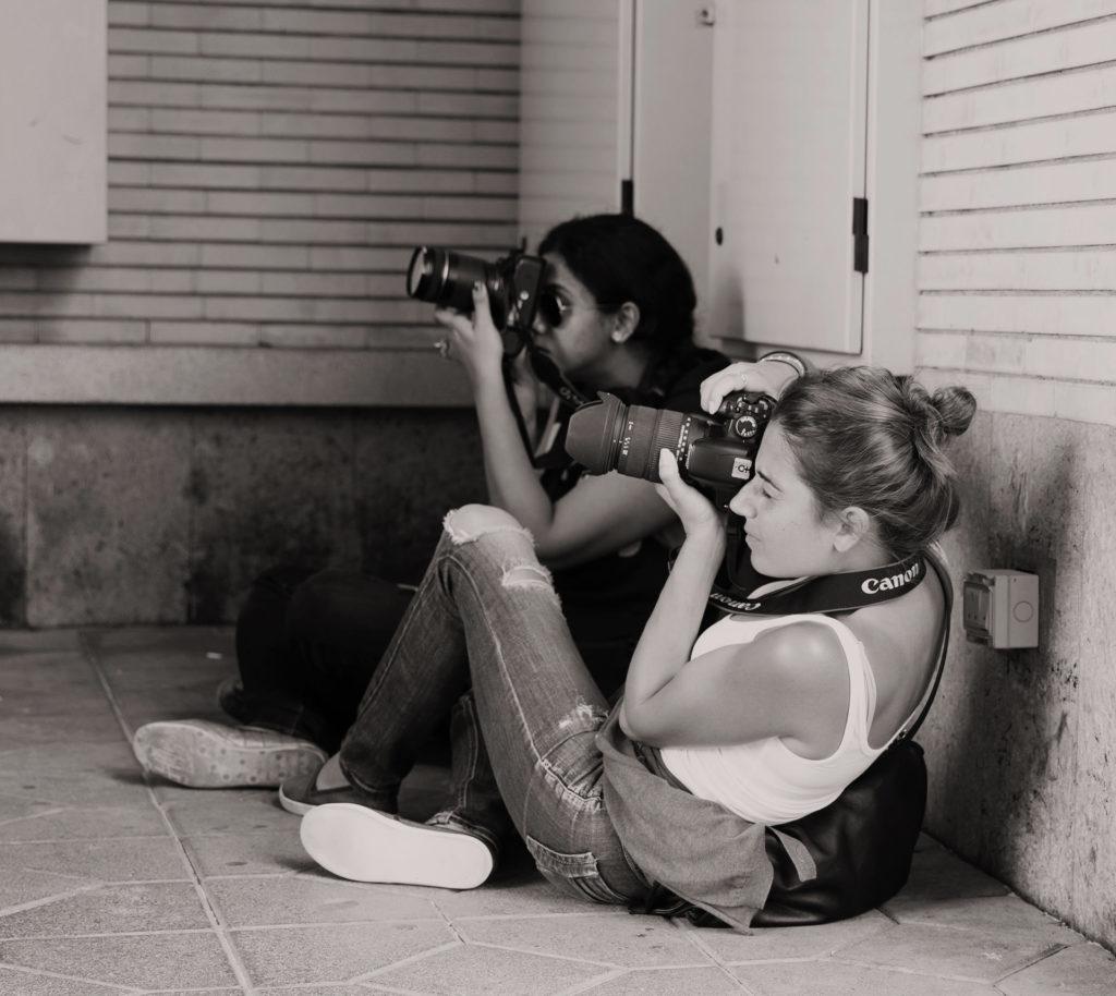 Fotokurs Västerås två tjejer som fotograferar med digitalkamera