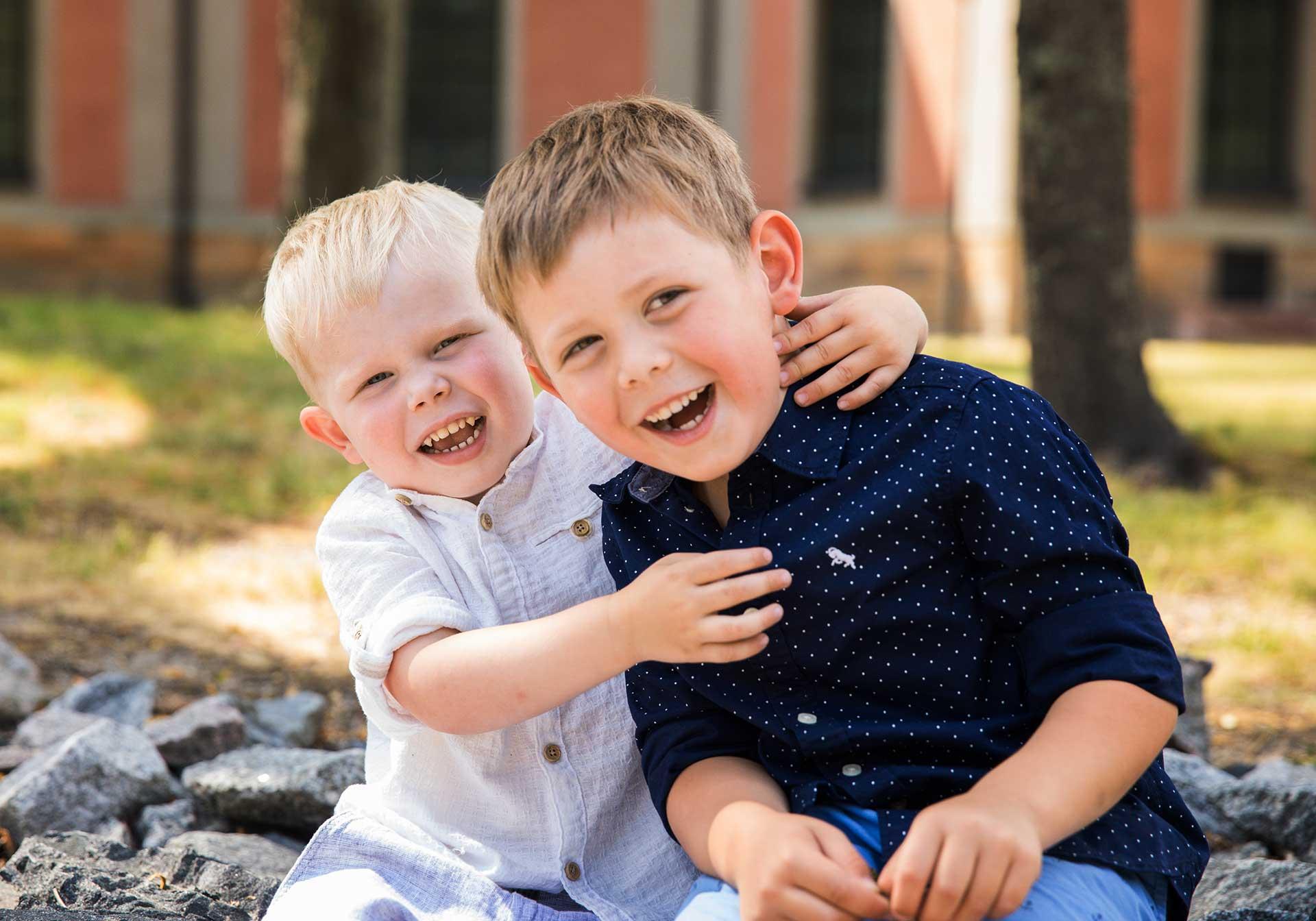 Fototips bilder Foto av två skrattande barn i Kungsör