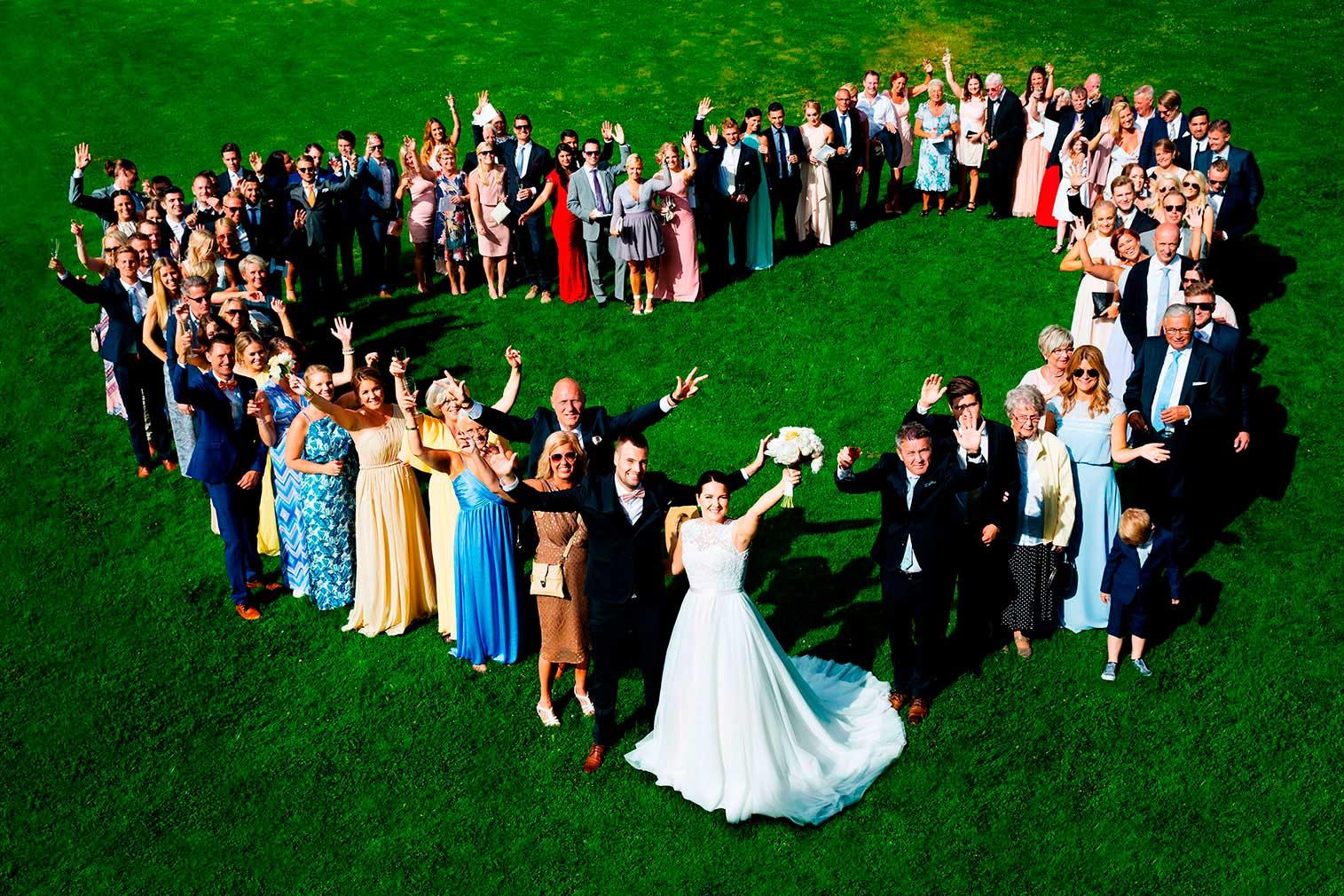 Fotograf bilder Bröllopsgäster i hjärtformation i Tängsta