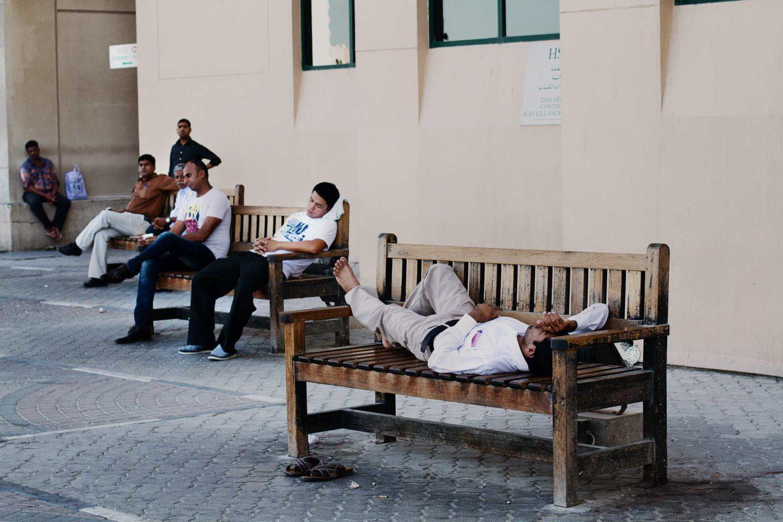 bildkomposition Bild Män ligger och vilar på en bänk
