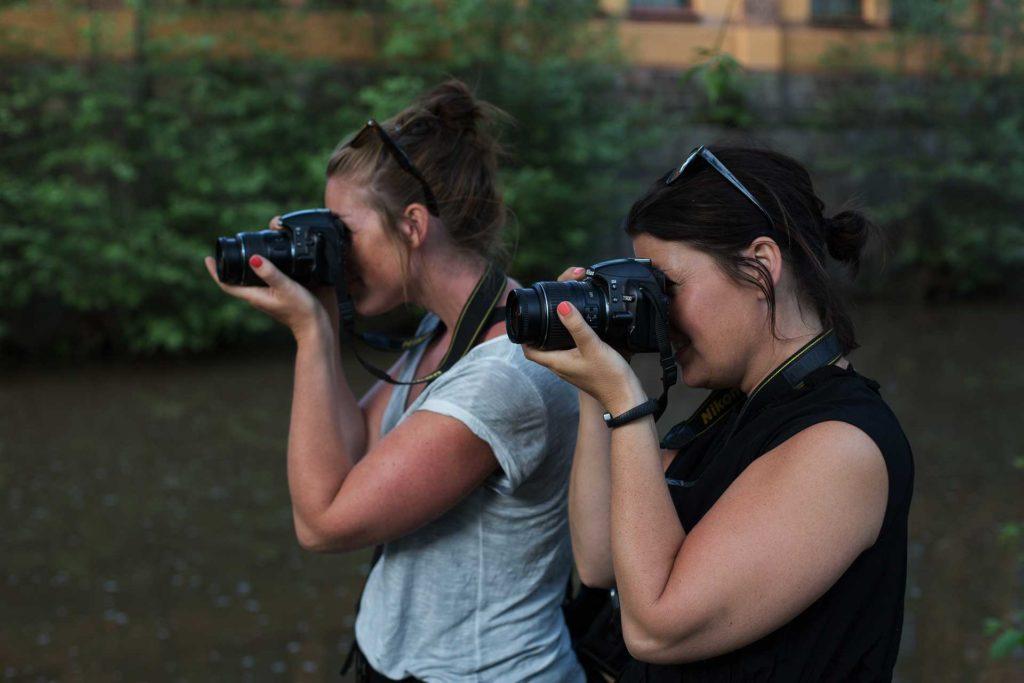 Fotograf bilder Fotograf två tjejer som fotograferar