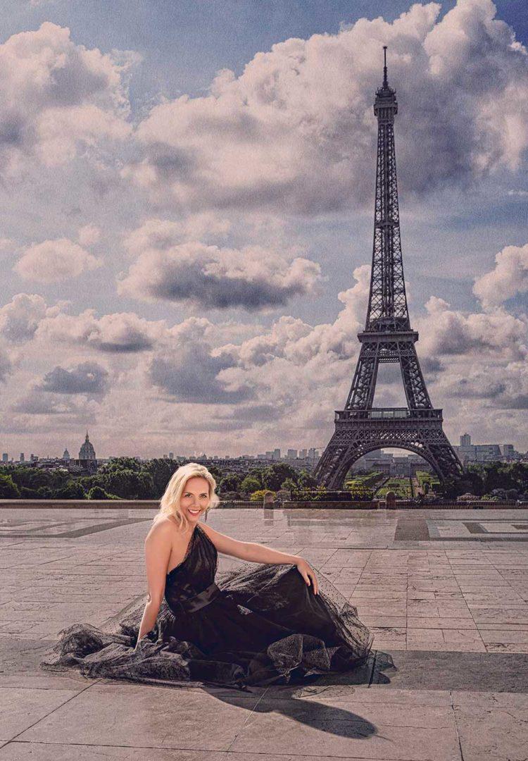 Fotograf bilder tjej poserar framför Eiffeltornet i Paris