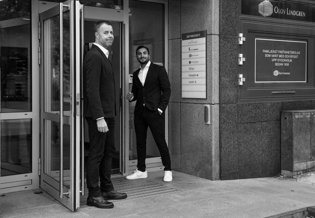 Två manliga doktorer på väg in till sin klinik