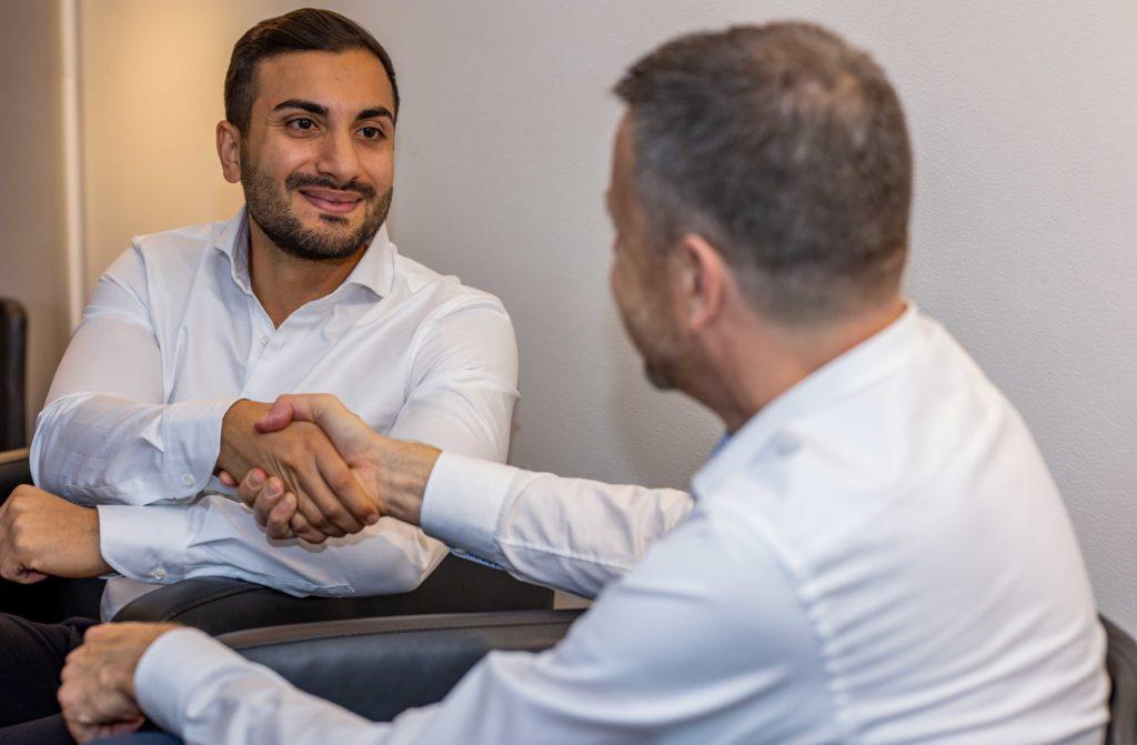 Två doktorer pratar med varandra