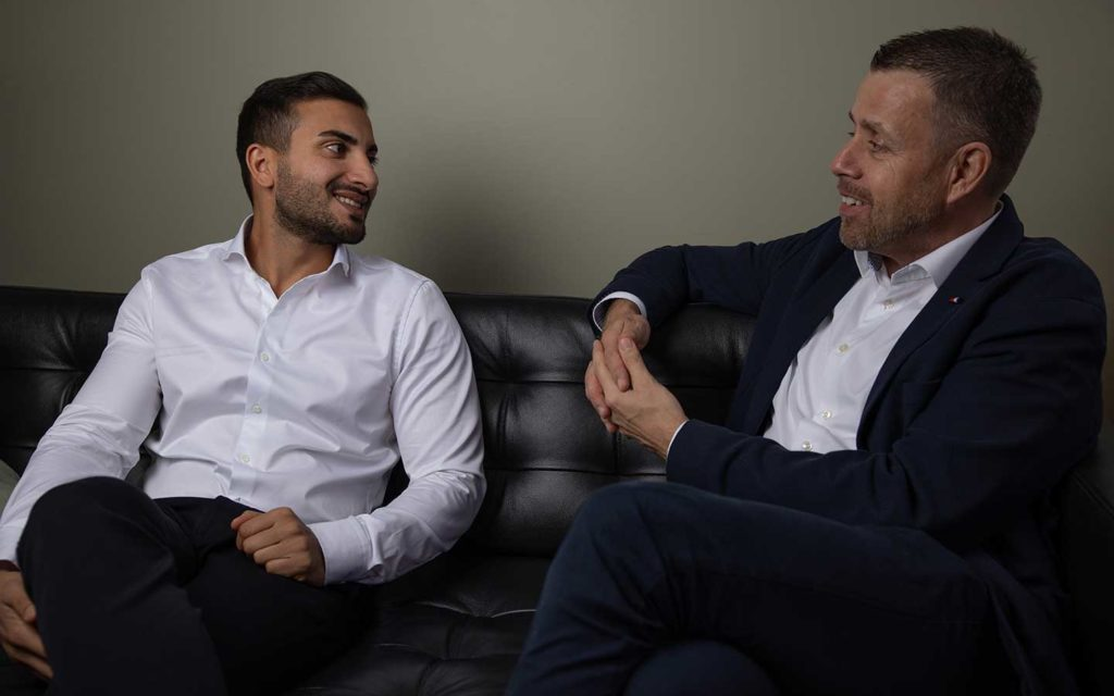 bildbank bild på två män i en soffa