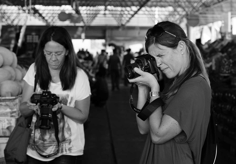 Fotokurs-kvinnor som fotograferar i Västerås